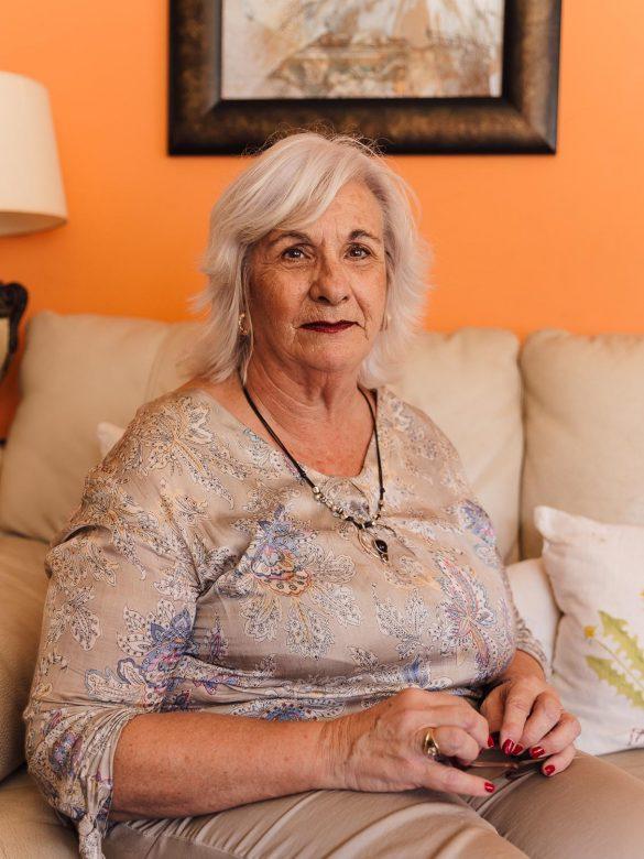 Mujer con el pelo blanco que mira a la cámara con una expresión seria.
